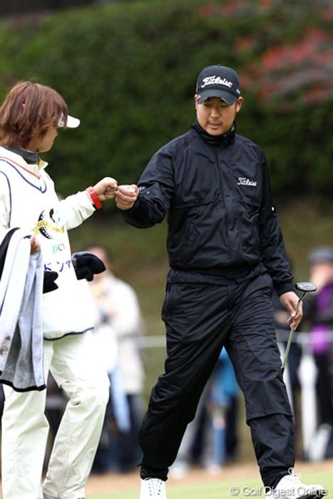5位タイと踏ん張りグータッチ 2011年 ゴルフ日本シリーズJTカップ 2日目 ドンファン