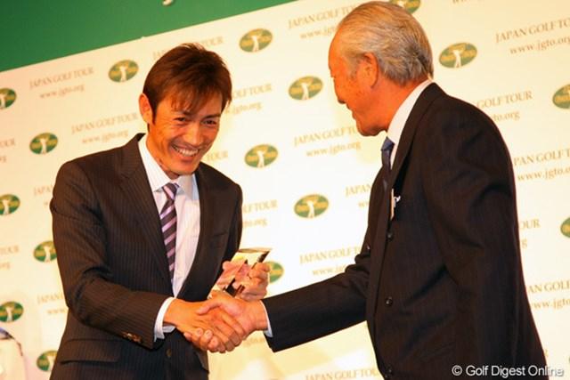 2011年 ジャパンゴルフツアー表彰式 河井博大 河井博大はパーオン率賞を受賞。苦労が報われた2011年シーズンだった