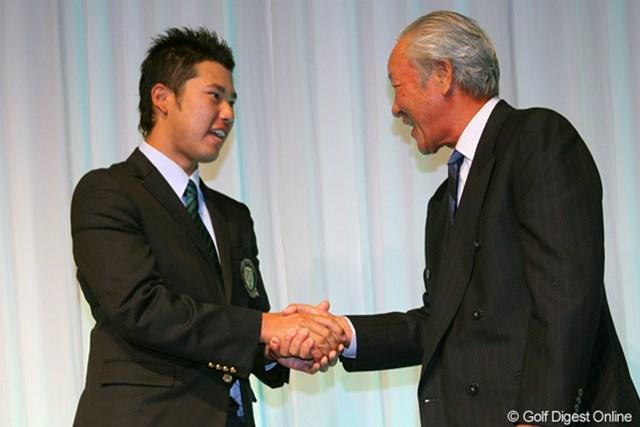 2011年 ジャパンゴルフツアー表彰式 青木功 青木功とがっちり握手を交わした松山英樹