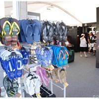 サンダルが並ぶグッズ売り場は砂漠の国ならでは 2011年 ドバイ・ワールドチャンピオンシップ 2日目 サンダル