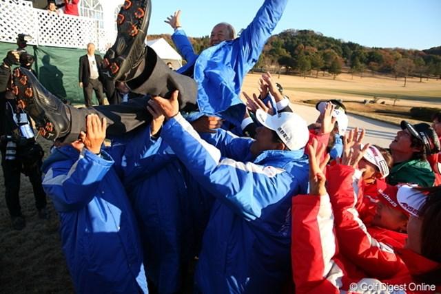 今年12月末をもって会長職を辞する松井功PGA会長。競技終了後、団体の垣根を越えて出場選手たちが胴上げを行った