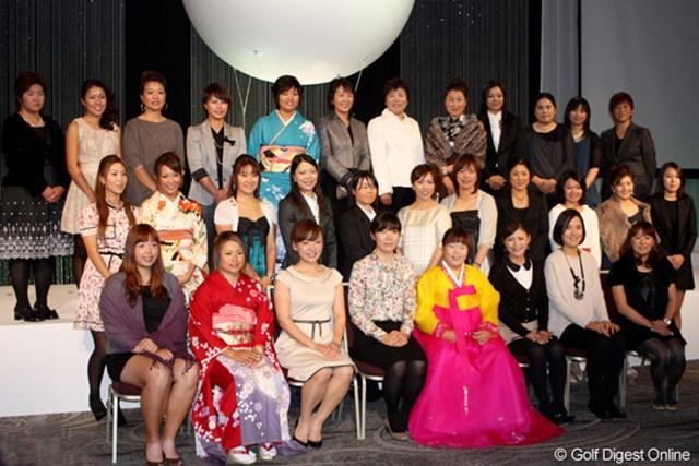 2011年シーズンの優勝者と表彰者たちが、華やかな衣装に身を包んで出席した