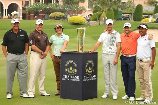 """今大会の""""メインプレーヤー""""として6選手が優勝カップを囲んだ。左からダレン・クラーク、リー・ウェストウッド、石川遼、チャール・シュワルツェル、セルヒオ・ガルシア、トンチャイ・ジェイディ"""