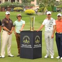 """今大会の""""メインプレーヤー""""として6選手が優勝カップを囲んだ。左からダレン・クラーク、リー・ウェストウッド、石川遼、チャール・シュワルツェル、セルヒオ・ガルシア、トンチャイ・ジェイディ 2011年 タイランド選手権 事前 ダレン・クラーク、リー・ウェストウッド、石川遼、チャール・シュワルツェル、セルヒオ・ガルシア、トンチャイ・ジェイディ"""