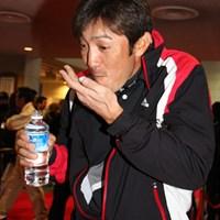 日本シリーズの会場で健康食品をほおばり周囲にネタを提供し笑いをとる河井博大 2011年 JGTOプレーヤーズラウンジ 河井博大