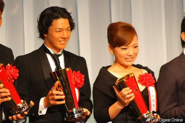 2011年報知プロスポーツ大賞を受賞した石川遼と有村智恵、石川は3度目、有村は初の受賞となる