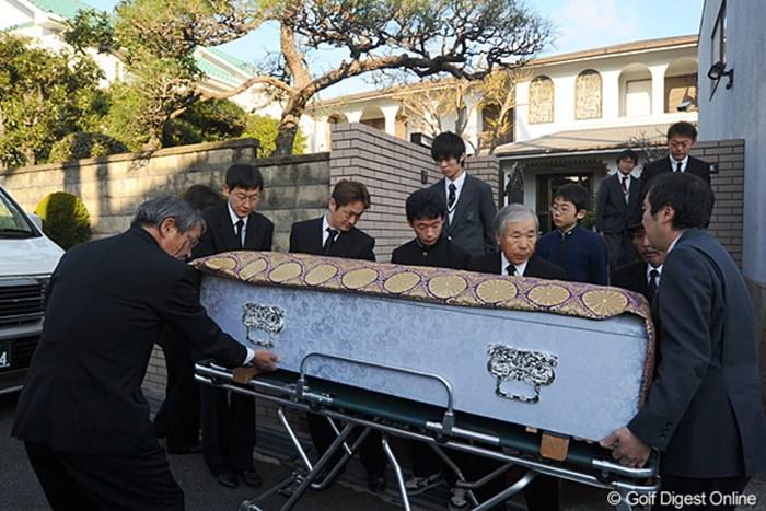 親族のみによる通夜が明け、早朝に思い出の詰まった自宅を後にする杉原輝雄氏の棺 2011年 杉原輝雄氏 告別式