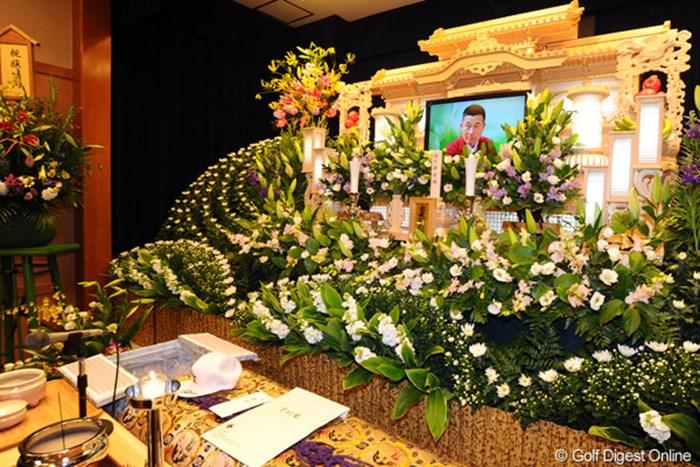 祭壇にはお気に入りだった写真が掲げられ、棺には帽子や来年のウェア契約書が収められた 2011年 杉原輝雄氏 告別式