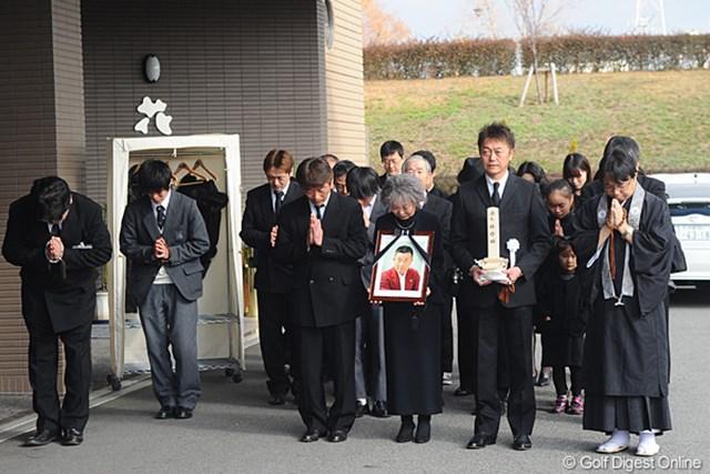 2011年 杉原輝雄氏 告別式 出棺を見送る長男の杉原敏一プロ(前列右から2人目)ら親族一同