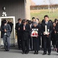 出棺を見送る長男の杉原敏一プロ(前列右から2人目)ら親族一同 2011年 杉原輝雄氏 告別式