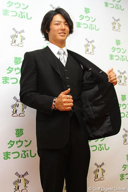 祖父が仕立てたスーツに身を包み成人式に出席。ご満悦の表情で撮影に応じる石川遼