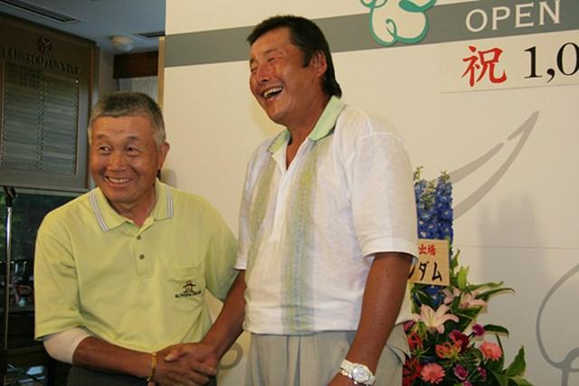 2012年 JGTOプレーヤーズラウンジ 杉原輝雄 2005年「よみうりオープン」で1000試合出場を達成した尾崎将司に、杉原輝雄も祝福にかけつけた