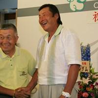 2005年「よみうりオープン」で1000試合出場を達成した尾崎将司に、杉原輝雄も祝福にかけつけた 2012年 JGTOプレーヤーズラウンジ 杉原輝雄