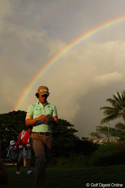 日暮れが迫った練習ラウンドの後半では、鮮やかな虹が弧を描いた