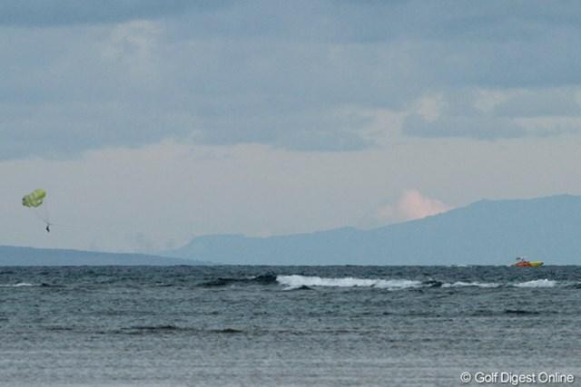 どんよりと曇った日でも海を楽しむ人たちがいる。さすが常夏の楽園です