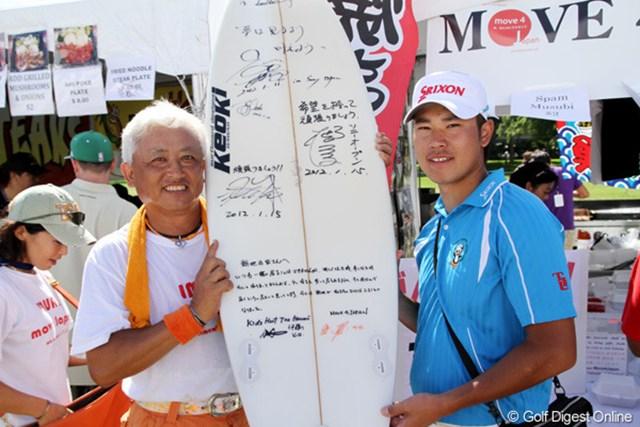 ギャラリープラザに出展している日本食屋さんで、サーフボードにサインした松山