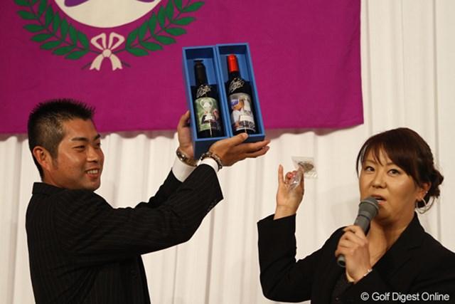 自身の優勝記念に作ったというワインをチャリティーオークションに出品する佐伯三貴