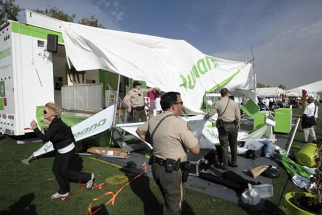 暴風のためサスペンデッドとなった3日目、テントが破壊されるなどの強風が吹き荒れた(Denis Poroy/Getty Images)