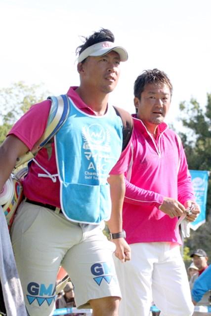 奇抜なヘアスタイルの宮川恭輔キャディ。立山光広とのタッグはとにかく目立ちます!