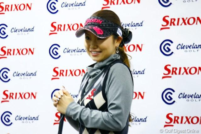 2012年 青山加織とSRIが総合契約を締結 青山加織 記者会見に登場した青山は、「スリクソンのウェアで初優勝を狙います!」と意気込んだ。