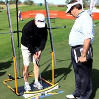 ぶら下がり健康器のようなパッティングストローク矯正マシン 2012年 PGAショー デモDay ストローク矯正