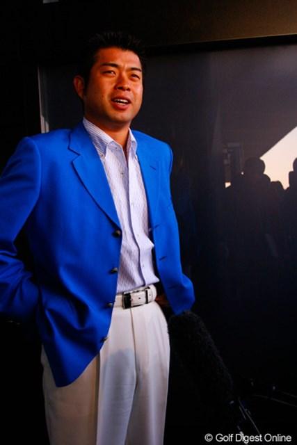 真っ白のパンツに真っ青のジャケットで颯爽と登場した池田勇太