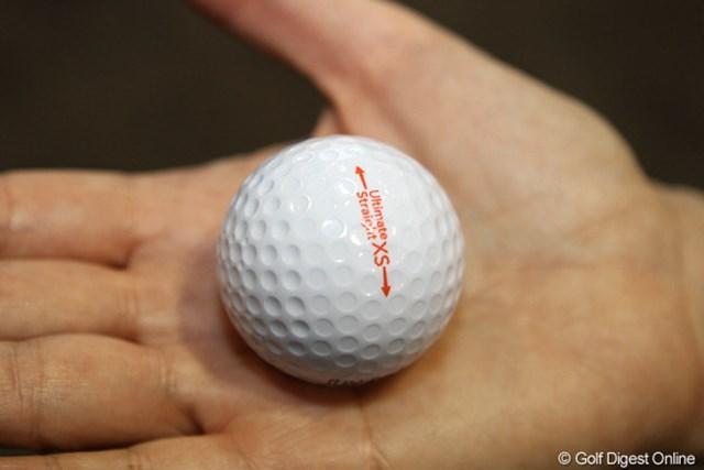 ディンプルの深さが違うのがわかるだろうか?これにより、曲がった球も正面に戻ってくるという