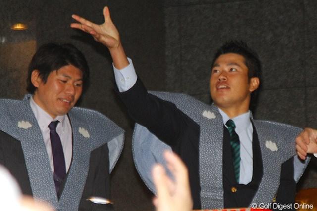 渋谷区内の寺院で豆まきに参加した松山英樹。左の陸上選手、村上幸史からもエールを送られた