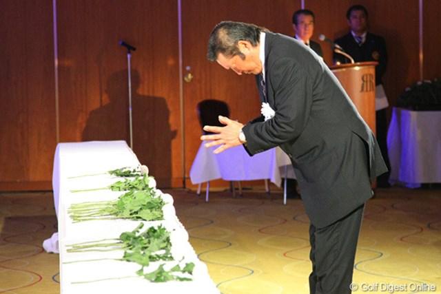 2012年 「杉原輝雄 お別れの会」 尾崎将司 深く腰を折り、ジャンボ尾崎は祈りをささげた