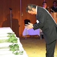 深く腰を折り、ジャンボ尾崎は祈りをささげた 2012年 「杉原輝雄 お別れの会」 尾崎将司