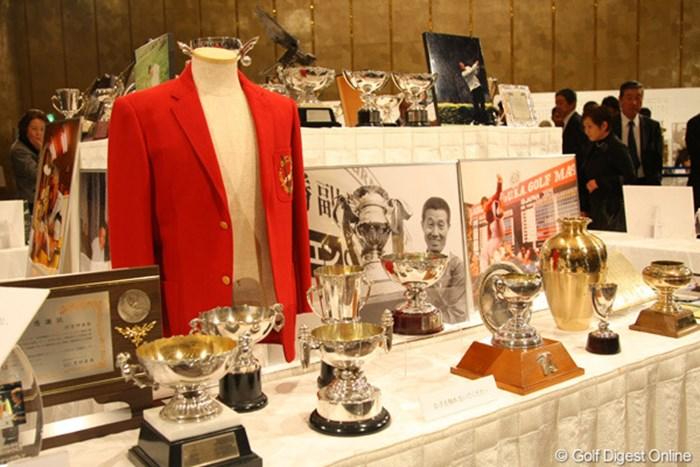 場内には杉原さんが獲得してきた数々のトロフィなどが陳列された 2012年 「杉原輝雄 お別れの会」 栄光の数々