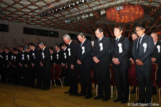 2012年 「杉原輝雄 お別れの会」 黙祷 一般献花の前に行われた式典で参列者が黙祷