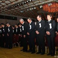 一般献花の前に行われた式典で参列者が黙祷 2012年 「杉原輝雄 お別れの会」 黙祷