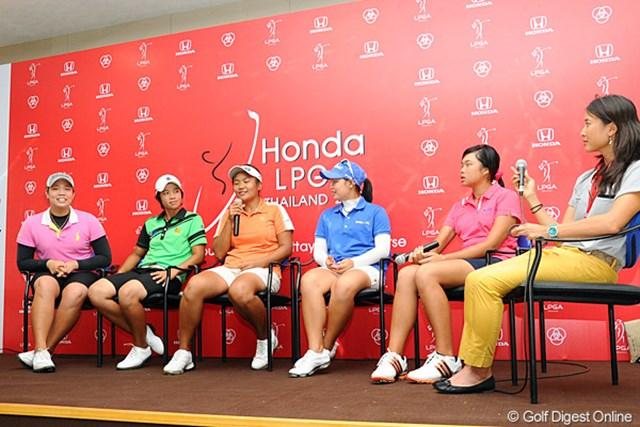 向かって一番左がエリヤ、マイクを持っているのがヌマ、そしてその右隣の青いシャツがモリヤ。うーん、覚えにくい?
