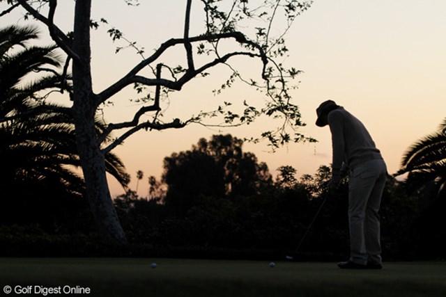日の出前の6時前から練習を始めた石川遼