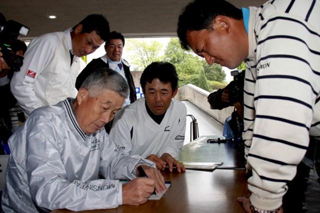 2010年の「つるやオープン」。ファンに混じった中堅プレーヤーたちへのサインにも快く応じていた杉原輝雄氏