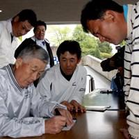 2010年の「つるやオープン」。ファンに混じった中堅プレーヤーたちへのサインにも快く応じていた杉原輝雄氏 2012年 プレーヤーズラウンジ 杉原輝雄
