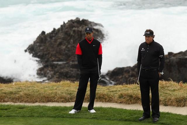 AT&Tペブルビーチナショナルプロアマの最終日、ミケルソンとウッズは同組で優勝の座を争った。(Ezra-Shaw/Getty-Images)
