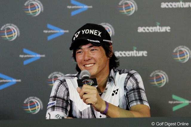 公式記者会見で質問に笑顔で答えた石川遼