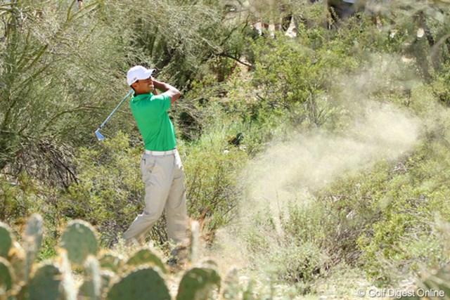 10番でティショットを左の砂漠地帯に打ち込み、どうにかこうにか脱出を図るタイガー