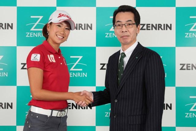 (株)ゼンリンと所属契約を結んだ木戸愛。高山善司代表取締役社長とガッチリ握手