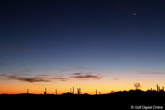 試合が終わり、仕事を終えて外に出ると、きれいな夕焼けが月を従えて迎えてくれた