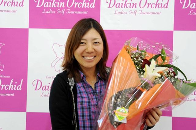 今週開催の「ダイキンオーキッドレディス」に出場する宮里美香がシンガポールから帰国。地元・沖縄で花束贈呈の歓迎を受けた