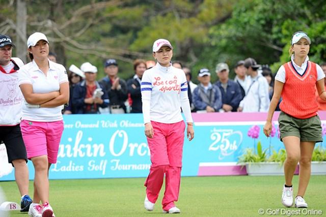 2012年 ダイキンオーキッドレディスゴルフトーナメント 2日目 工藤遥加、横峯さくら、上田桃子 歴代女王2人とのラウンドとなった工藤遥加(左)。臆することなく初の予選突破を果たした