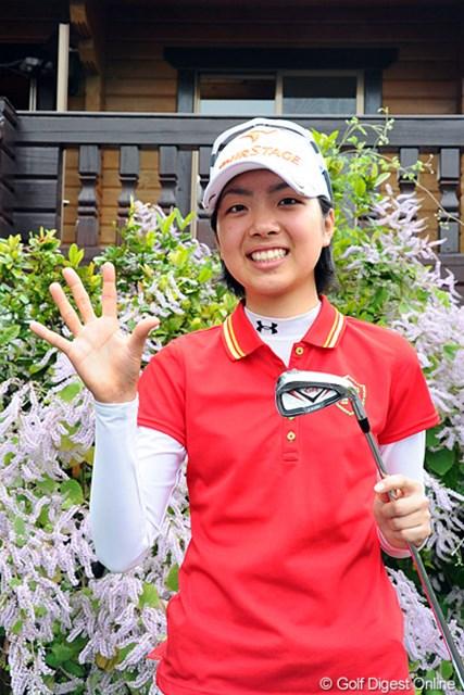 13番でホールインワンを達成したアマチュアの伊波杏莉(15)。今年からアマチュア資格規制が改定され、賞金50万円が贈呈された。