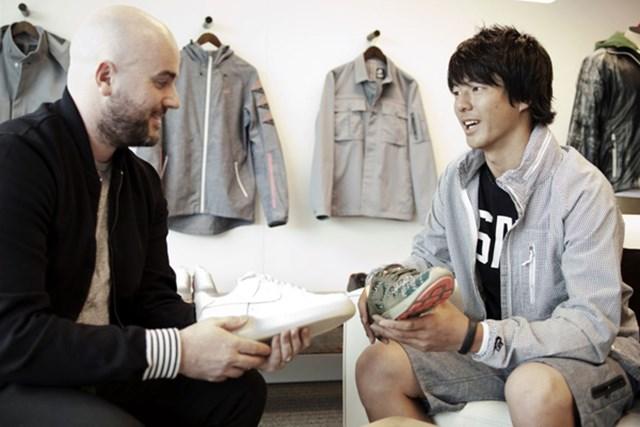 石川遼とナイキ社スポーツウェアのクリエイティブ・ディレクター(画像提供:ナイキジャパン)