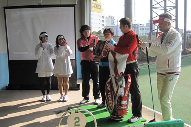 「飛距離+10ヤード」ヨネックスの作戦とは NO.4 ドラコンイベントの表彰式。ドラコン選手の安楽拓也プロ、岡部健一郎プロが参加者に飛ばしの秘訣を伝授した