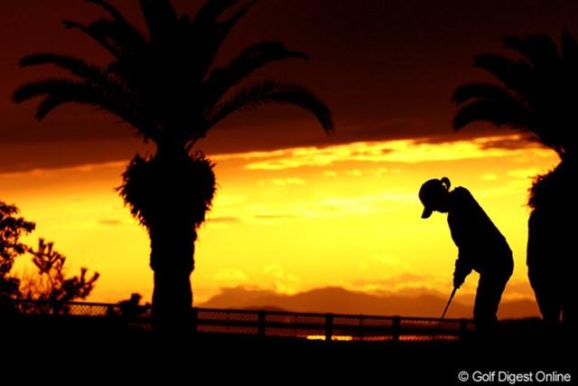 明日に向けて、ラウンド後に練習する選手。終始雨の一日でしたが、最後には夕焼け空が見えました。