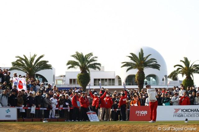 2012年 ヨコハマタイヤゴルフトーナメントPRGRレディスカップ 2日目 斉藤愛璃 もう大人気です。裏街道の10番ホールからのスタートにも関わらず、朝から大ギャラリーに囲まれてました。