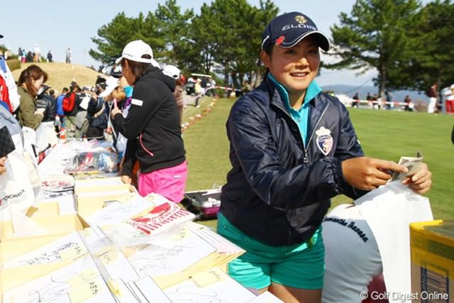 2012年 ヨコハマタイヤゴルフトーナメントPRGRレディスカップ 2日目 山村彩恵 こちらも新人の山村彩恵ちゃん。今日はチャリティ販売の店員としてがんばりました。
